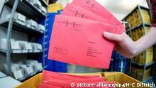 ARCHIV - Eine Wahlhelferin sortiert am 05.09.2017 im Wahlamt der Stadt Hannover (Niedersachsen) die eingegangenen Wahlbriefe für die Bundestagswahl. (zu dpa vom 11.10.2017) Foto: Hauke-Christian Dittrich/dpa +++(c) dpa - Bildfunk+++ | Verwendung weltweit