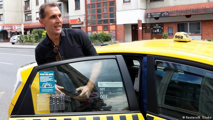 Szabolcs Dull besteigt nach seiner Entlassung ein Taxi