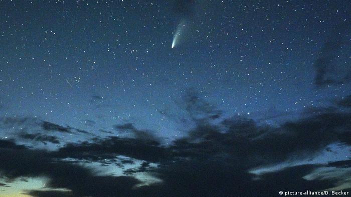 Комета NeoWise в небе над Долиной Смерти