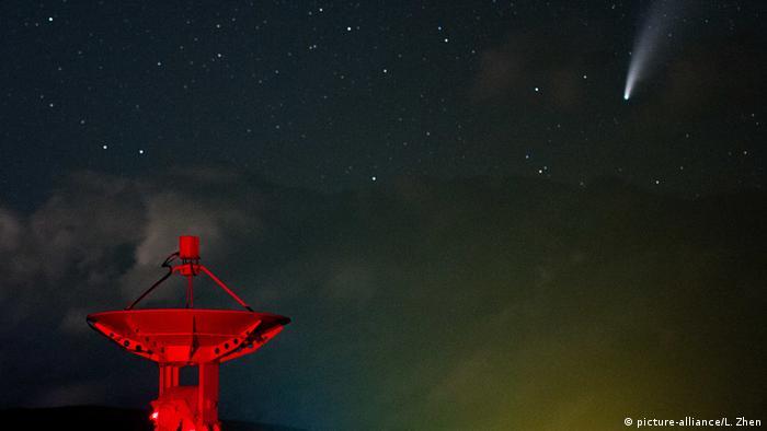 Комета NeoWise в небе над Пекином