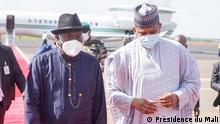 Fotos der Ankunft des ehemaligen Präsidenten von Nigeria, Goodluck Jonathan, am 23. Juli in Bamako, die vom malischen Premierminister Boubou Cissé begrüßt wird. Dies ist im Rahmen des Besuches westafrikanischer Staatsoberhäupter zur Lösung der Mali-Krise Copyright: Präsidentschaft von Mali. Schlüsselwörter: Mali, Goodluck Jonathan, Boubou Cissé, ECOWAS.