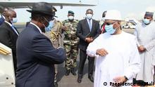 Fotos der Ankunft des Präsidenten der Elfenbeinküste, Alassane Ouattara, am 23. Juli in Bamako. Er wurde beim Ausstieg aus dem Flugzeug vom Präsidenten von Mali, Ibrahim Boubacar Keïta, im Rahmen des Besuchs der Führer Westafrikas begrüßt. Copyright: Présidence du Mali. Schlüsselwörter: Mali, Alassane Ouattara, Ibrahim Boubacar Keïta, ECOWAS.