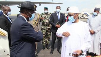 Le président Alassane Dramane Ouattara (à gauche) accueilli à Bamako par Ibrahim Boubacar Keïta le 23 juillet 2020