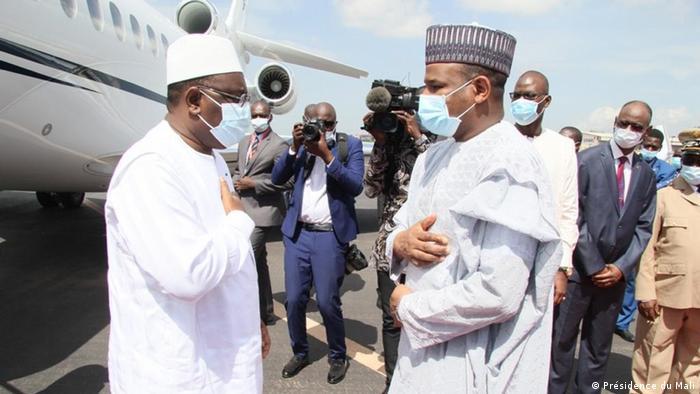 Präsident Ibrahim Boubacar Keita (l.) empfängt vor einem Flugzeug seinen Kollegen aus dem Senegal, Macky Sall (Présidence du Mali)
