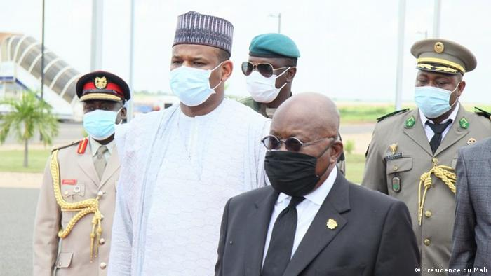 Ghanian President Nana Akufo-Addo is greeted by Mali's Prime Minister Boubou Cissé as he arrives in the country to help with mediation talks