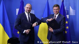 Меморандум про макрофінансову допомогу Україні від ЄС підписали Денис Шмигаль і віцепрезидент Єврокомісії Валдіс Домбровскіс 23 липня 2020 року