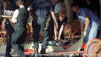 Медики уносят на носилках пострадавшего в ходе террористической атаки