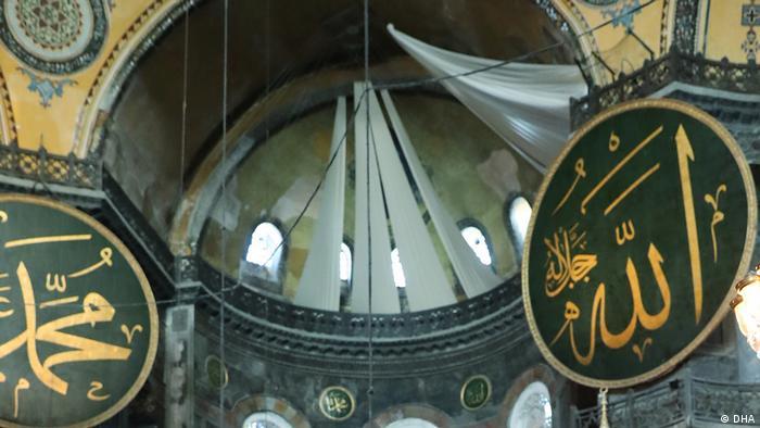 Ayasofya'da fresklerin perdeyle kapatıldığı görülüyor