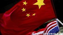 China Peking | Chinesische und US-amerikanische Fahnen nebeneinander