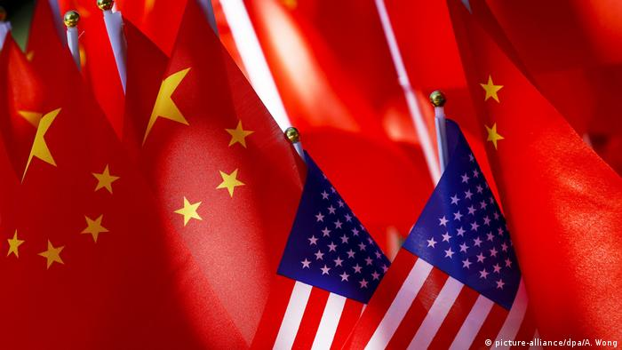 China Peking | Chinesische und US-amerikanische Fahnen nebeneinander (picture-alliance/dpa/A. Wong)