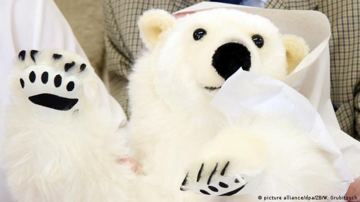 La fábrica de juguetes Kösener, en Sajonia-Anhalt, empaquetó este oso polar de peluche, de 85 centimetros, para que pudiera emprender viaje hacia Suecia y llegar a las manos de la activista Greta Thunberg. El osito, hecho de mohair blanco y algodón, con garras de fieltro, es un obsequio en señal de agradecimiento a Greta, de 17 años, por su trabajo constante para proteger el clima del planeta.