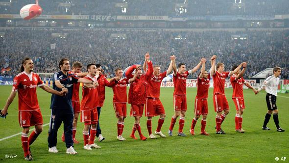 Sieht so der kommende Meister aus? Die Mannschaft von Bayern München feiert den Auswärtsieg auf Schalke vor der eigenen Fankurve. (Foto: AP Photo/Martin Meissner)