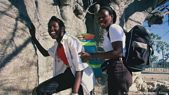 Dostęp dziewczynek do nauki jest kluczem do spadku wskaźnika urodzeń. Na zdjęciu uczennice w Namibii