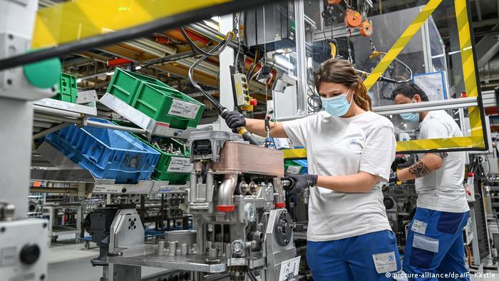 Podczas gdy niektóre branże dochodzą do siebie, problemy mają na przykład dostawcy części samochodowych (picture-alliance/dpa/F. Kästle)