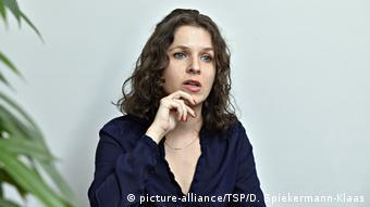 La política de izquierda Anne Helm es atacada y amenazada anónimamente. (picture-alliance/TSP/D. Spiekermann-Klaas)