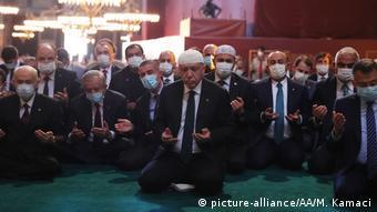 «Ο αποδυναμωμένος, φαινομενικός γίγαντας αναζητεί διέξοδο σε λαϊκίστικες ενέργειες όπως τη μετατροπή πρώην εκκλησιών σε τζαμιά»