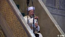 +++ Benutzung nur durch die türkische Redaktion! +++ Präsident des türkischen Amtes für religiöse Angelegenheiten (Diyanet) Ali Erbas 86 YIL SONRA İBADETE AÇILAN AYASOFYA CAMİİ'NDE İLK HUTBE KILIÇ GELENEĞİYLE DİYANET İŞLERİ BAŞKANI ALİ ERBAŞ TARAFINDAN İRAD EDİLDİ. ERBAŞ, AYASOFYA: FETHİN NİŞANESİ, FATİH'İN EMANETİ BAŞLIKLI HUTBESİNİ OKUMAK İÇİN MİNBERE KILIÇLA ÇIKTI. İSTANBUL DHA