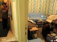 احد حقوقی، ۳۵ ساله، (راست) و همسرش لیلا عباسی، ۳۰ ساله، در آپارتمانشان با بخاری ذغالی در قیصریه. دست کم ۴۲۰۰ ایرانی پس از انتخابات از ایران گریختهاند