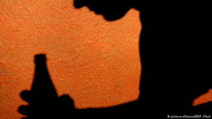 Тень человека с бутылкой