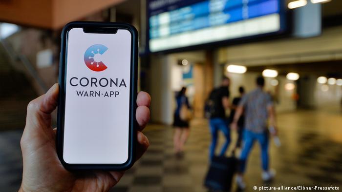 Smartphone mit Corona Warn-APP (picture-alliance/Eibner-Pressefoto)