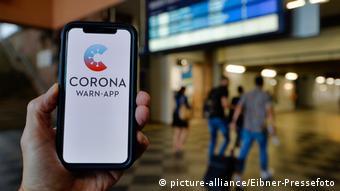 Смартфон с приложением Corona Warn-App на дисплее