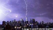 BdTD - USA New York   Blitz trifft die Spitze des World Trade Centers