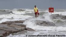 USA Texas   Sturm Hanna: Küstenewache spaziert am Galveston Island Beach