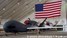 ILLUSTRATION - 19.02.2017, Vereinigte Arabische Emirate, Abu Dhabi: Eine militärische Drohne vom Typ Northrop Grumman RQ-4 (Global Hawk) der US-Streitkräfte steht auf der Al Dhafra Air Base. Die iranischen Revolutionsgarden haben einem Bericht zufolge eine US-Drohne abgeschossen. Nach Angaben der staatlichen Nachrichtenagentur Irna wurde die «Global Hawk»-Drohne über dem iranischen Luftraum in Kuh-Mobarak in der südiranischen Provinz Hormozgan abgeschossen. Foto: Sra Tyler Woodward/Zuma Press/dpa +++ dpa-Bildfunk +++ |