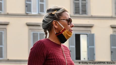 Italien | Frau mit Maske über dem Kinn (Getty Images/AFP/A. Solaro)