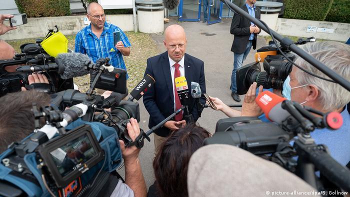 Andreas Kalbitz, AfD-Fraktionschef im Brandenburger Landtag, spricht mit Journalisten