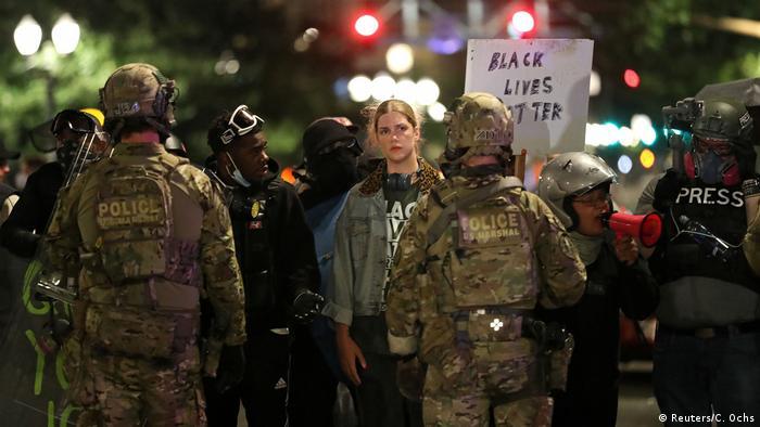 Demonstranten und Bundespolizisten stehen sich in Portland gegenüber