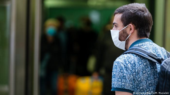 Молодой человек на улице в маске