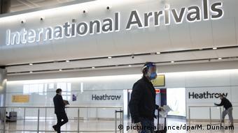 Люди в аэропорту Хитроу в Великобритании