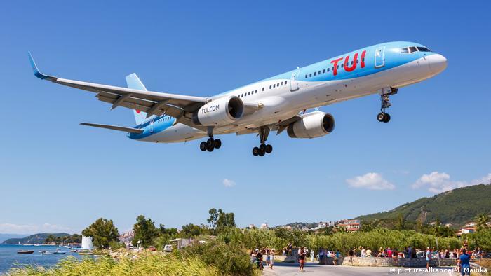 Αεροπλάνο της TUI πάνω από τη Σκιάθο
