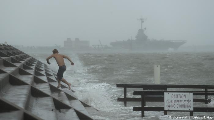 إعصار ″هانا″ يضرب الساحل الجنوبي الأمريكي مهددا بفياضانات   أخبار DW عربية    أخبار عاجلة ووجهات نظر من جميع أنحاء العالم   DW   26.07.2020