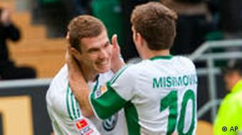 Wolfsburgs Misimovic gratuliert Dzeko (l.) zu seinem Doppelpack. (Foto: apn Photo/Eckehard Schulz)