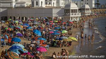 Пляж с туристами с испанском Кадисе летом 2020