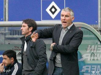 Keinen Schritt weiter: 96-Coach Slomka (r.) und HSV-Trainer Labbadia. (Foto: apn Photo/Joerg Sarbach)