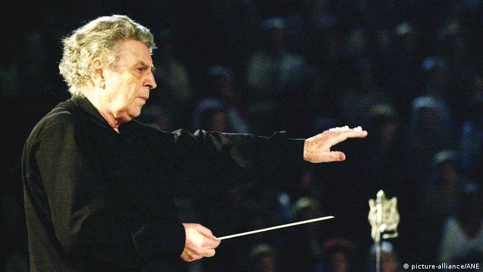 Mikis Theodorakis conducting.