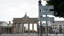 Deutschland Berlin Brandenburger Tor | Schilder Radwege