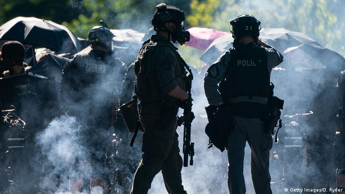 Полицейские и демонстранты в Сиэттле