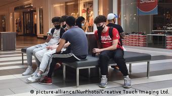 Молодые люди в масках в Торонто