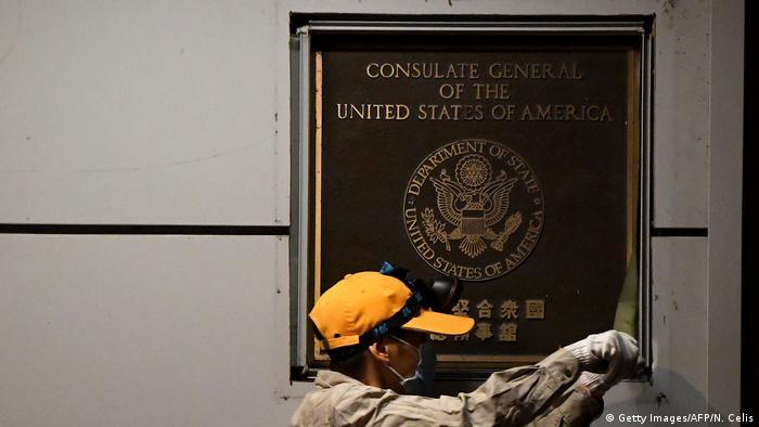 Ein Arbeiter entfernt das Schild am Eingang des ehemaligen US-Konsulats in der chinesischen Stadt Chengdu (Getty Images/AFP/N. Celis)
