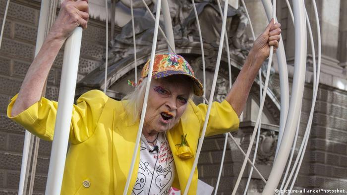 Vivienne Westwood demonstriert in einem knallgelben Outfit in einem Käfig für die Freilassung von Julian Assange