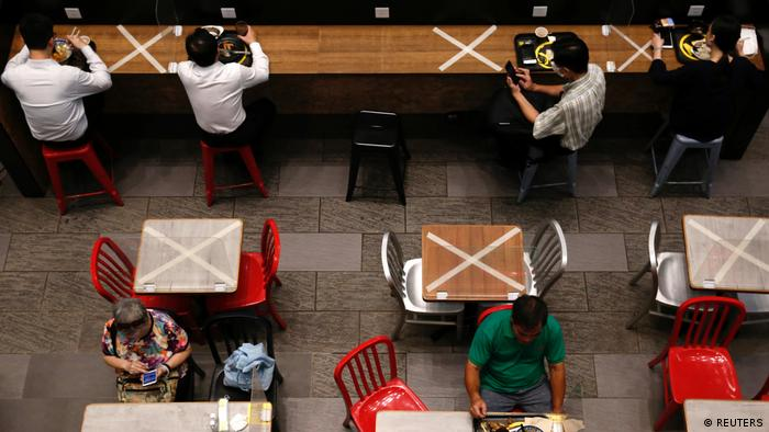Zwischen den Besuchern eines Restaurants in Hongkong sind Tische markiert, an denen nicht gesessen werden darf (REUTERS)