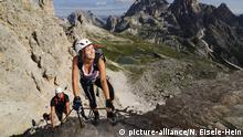 Kletterer bei Klettersteig-Tour auf den Paternkofel