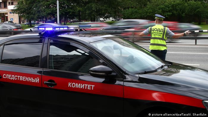 Автомобиль СК РФ и полицейский