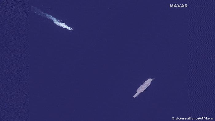 Straße von Hormuz | Satellitenfoto iranisches Schnellboot und von Iran gebautes Attrappen-Flugzeugträger