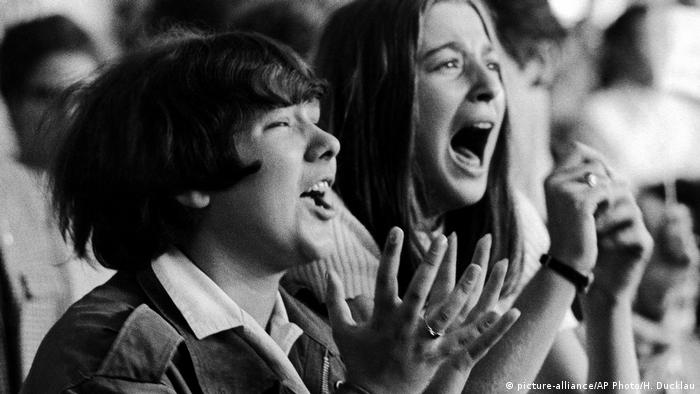 Schreiende Fans beim Konzert der Beatles in Hamburg 1964 (picture-alliance/AP Photo/H. Ducklau)