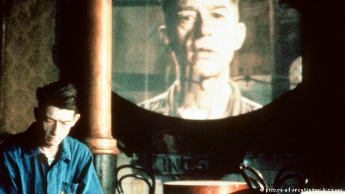 نمایی از فیلم ۱۹۸۴ که بر اساس رمان جرج اورول و به کارگردانی مایکل ردفورد و بازی جان هارت ساخته شد